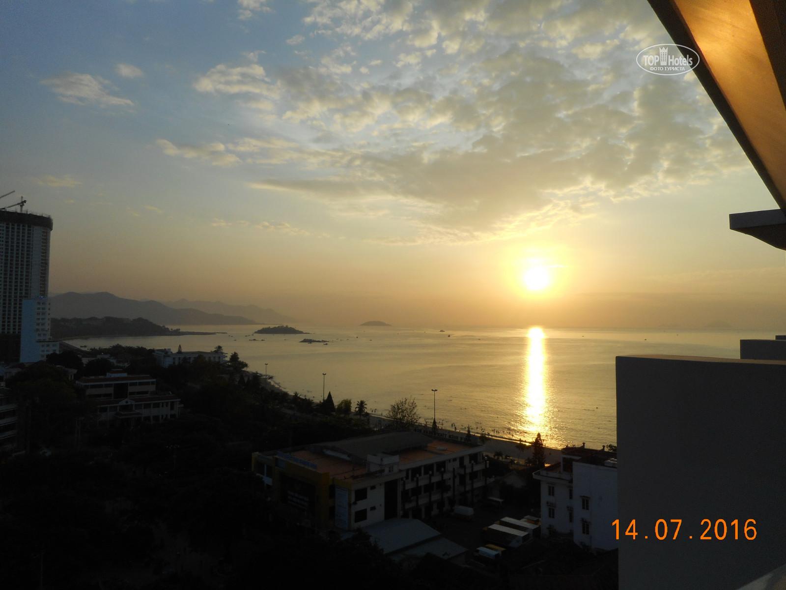 Восход солнца - вид на море и город с балкона номера на 11-м.